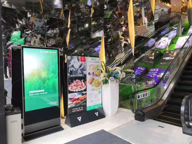 容仁立式广告机在酒店、商场可以起到什么作用?